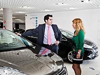 Las matriculaciones y el número de coches vendidos en España continúan de forma muy positiva si atendemos al mes de abril. Respecto al mismo mes del año anterior, las unidades matriculadas representan un crecimiento del 21,2%; concretamente, se han entregado 100.281 vehículos nuevos más que en abril de 2015.  Una vez terminada la festividad de Semana Santa -que dejó un ligero descenso de las ventas- en el primer cuarto del año se han vendido 385.775 coches más que entre enero y abril de 2015, lo cual significa un incremento del 10,3%. Todos estos datos evidencian que los clientes están respondiendo positivamente a los aspectos que animan a comprar un coche nuevo, como son la extensión del Plan PIVE 8, un gran esfuerzo comercial de los fabricantes y de los propios concesionarios, el descenso progresivo del desempleo en nuestro país y mayor tolerancia a la financiación. De hecho, según datos de ANFAC, desde el año 2008 no se experimentaban unas cifras similares. Por canales, comparado con el primer cuarto del año anterior, las matriculaciones de vehículos nuevos correspondientes a particulares han aumentado un 19% -51.767 unidades en total-, por el 19,1% y 10,3% más de coches nuevos adquiridos por empresas y Rent-A-Car, respectivamente -102.913 y 91.654 en total-. Para terminar, los vehículos más vendidos en abril han sido el Citroën C4 -incluyendo en sus números al C4 Picasso y C4 Cactus-, el Seat Ibiza y el Seat León.
