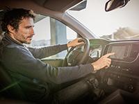 Casi la mitad de los conductores reconoce distracciones con los mandos de su coche
