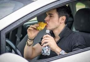 ¿Cómo afecta la comida y la bebida en la conducción?