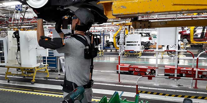 La planta de PSA en Vigo empieza a probar el uso de exoesqueletos para sus trabajadores