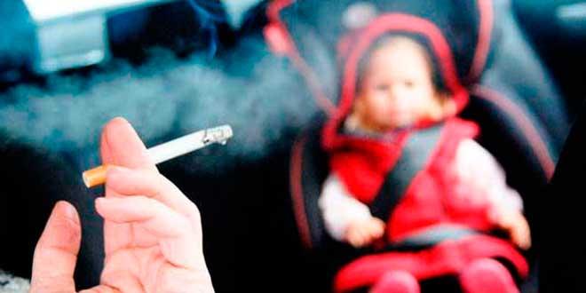 La DGT podría prohibir fumar al volante