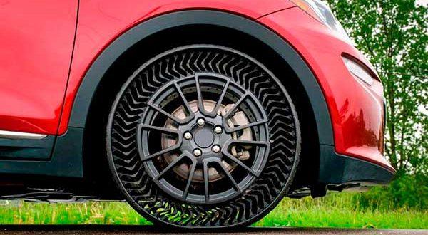 Por qué los coches eléctricos usan neumáticos más pequeños