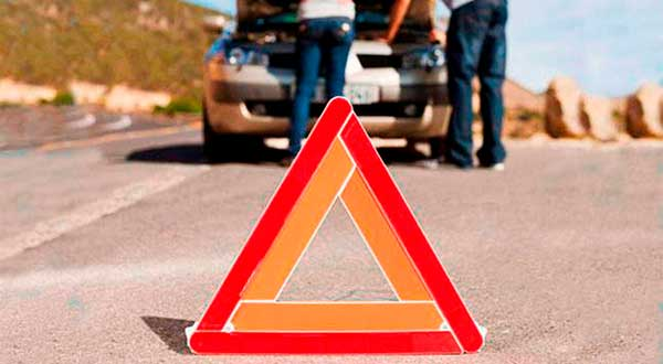 Adiós a los triángulos de emergencia: la DGT aprueba el uso de señales luminosas