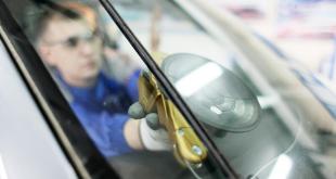 """A través de este acuerdo, AGE se convierte en proveedor de la compañía de renting para proporcionar a sus clientes tanto sus servicios de reparación y sustitución de cristales como sus herramientas de recalibración de sistemas ADAS ALD Automotive ha firmado un acuerdo con Automotive Grass Europe con el fin de brindar un servicio de alta calidad a los clientes de la compañía de renting en toda Europa. A partir de ahora, como proveedor de ALD, AGE proporcionará a la flota europea de la multinacional del renting el reemplazo de lunas, la reparación de los cristales del automóvil y otros servicios de recalibración de sistema ADAS. En este sentido, se trata de una alianza estratégica para las dos entidades, ya que todos los vehículos de la flota de ALD Automotive está formada por vehículos nuevos y a la vanguardia tecnológica, lo que implica que todas las unidades matriculadas cuentan con una equipación integrada y completa de sistemas de ayuda avanzada a la conducción. Gracias a este acuerdo, por tanto, todos los vehículos de la flota de ALD Automotive en Europa dispondrán de los servicios proporcionados por AGE, es decir, cuando sea necesario una reparación o sustitución de lunas, así como otros servicios, será la marca asociada para ello. Por este motivo, AGE contará con toda su red de talleres y centros con áreas especializadas en la recalibración de sistemas ADAS. El CEO y presidente de AGE, Marco Moreno, ha afirmado que """"nos sentimos muy honrados de asumir esta responsabilidad y estamos agradecidos con ALD Automotive"""" tras el sello de este acuerdo. En la misma línea se han pronunciado desde la compañía de renting, que siempre buscan a los proveedores más cualificados para ofrecer a sus clientes la máxima calidad y profesionalidad en sus servicios."""